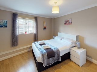 Bright 2 bedroom Apartment, Castle Walk (BookedUK)