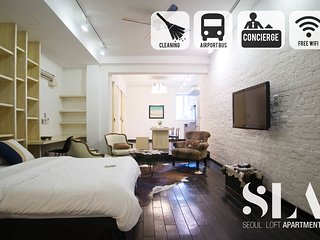 Classic Downtown Loft with full kitchen and tall ceilings / Jongno / SNUH / SKKU