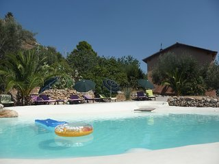 Elegant holidaysuite Ficodindia at Villa Paladino Solunto: pool, garden and view