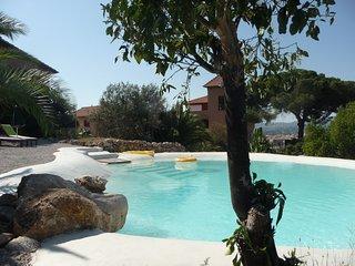 Elegant holiday suite Zibibbo at Villa Paladino Solunto: pool, view and garden