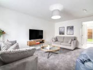 ★ Beautiful House ★ Sleeps 12! ★ Parking - Netflix & PS4 ★ Next to BHX Airport, holiday rental in Sheldon
