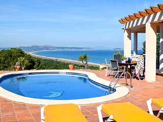 Individual villa with  sea view and pool only 500 m. from the beach. Wifi