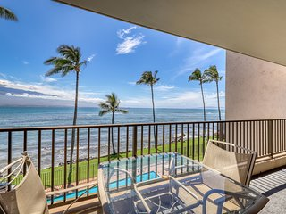 Oceanfront condo w/ a full kitchen plus a shared outdoor pool w/ views