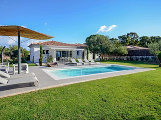 Stylish 3 bed villa w/ pool, Wi-Fi & BBQ
