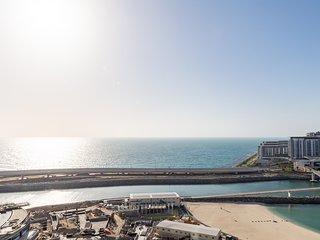 Grand 2BR w/ a Full Sea View & Direct Beach Access