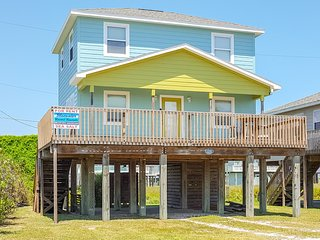 Dog-friendly, Gulf Coast getaway w/ a full kitchen & balcony - walk to the beach