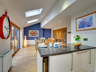 * Marram House - no.2 in Bamburgh! Central and Parking for 3 cars