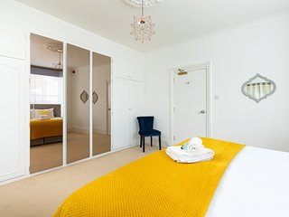 KVM - Sugar Way House - stunning refurbished house, sleeps 13, plenty of parking