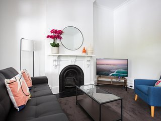 Chic Apartment With Balcony Next to Victoria Park