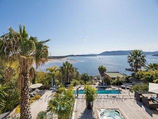 Villa pieds dans l'eau dans le golfe de Porto Vecchio, spa et piscine chauffee