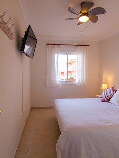 Dormitorio principal con vistas al mar, TV 32 pulgadas.