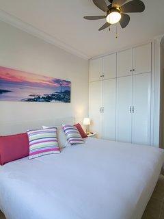 Vistas del dormitorio principal con vistas al mar y su armario.