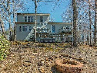New listing! Relaxing, secluded mountain home w/ a private hot tub & air hockey