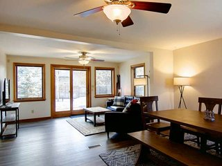 Private Dog Friendly Downtown Home w/Fenced Yard, EZ Walk to Eat, River, Park,Tr
