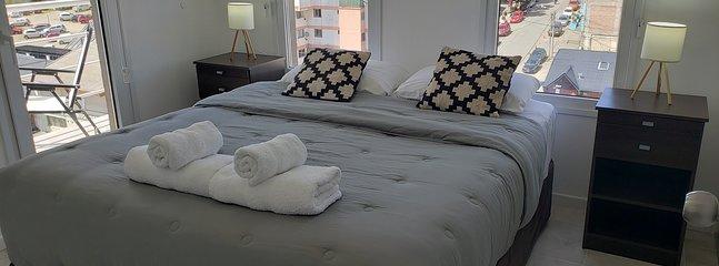 cama con sabanas, acolchados, frazadas y toallas