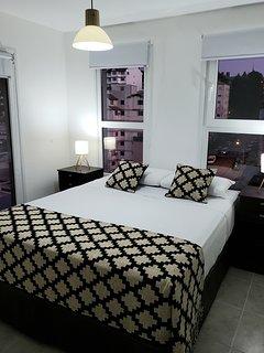 habitacion con cama matrimonial queen size