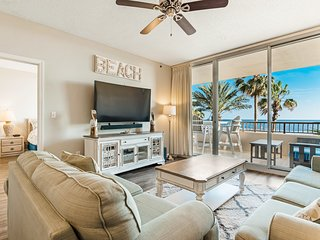Beachfront resort condo w/ Bose system + access to pools, gym, hot tub, & spa!