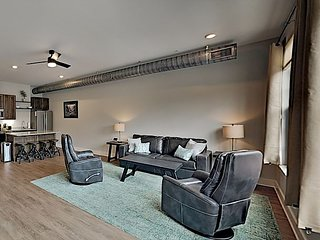 Spacious Chic Retreat: Walk to Dining, Shops, Music, Entertainment & Culture