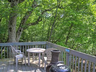 Charming Bushkill Home w/Large Deck & Pool Access!