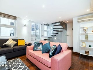 2156. SPACIOUS TOWNHOUSE IN LONDON'S KNIGHTSBRIDGE!