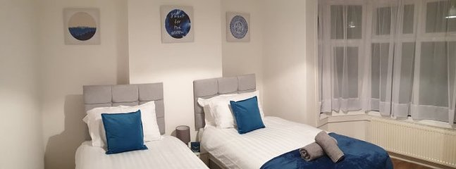 Park and relax in 4 bed Birmingham home for 9, holiday rental in Sandwell