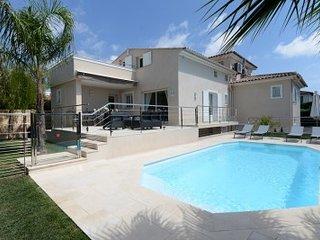 Cros-de-Cagnes Villa Sleeps 8 with Pool and WiFi - 5002552