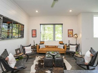 Vibe 857 ~ 4 Private Suites ~ Custom Decorated ~Walk to Brewery ~ 4 Miles to Dow
