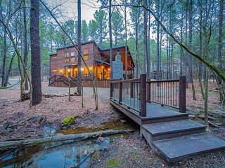 Fireside Creek Cabin! 3BR;3Bth; Sleeps 10;Hot Tub; Fire Ring; Bunk Room