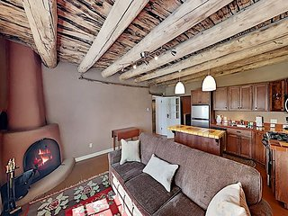Gorgeous Suite w/ Full Kitchen, Jetted Tub & 2 Fireplaces - Walk to Eateries
