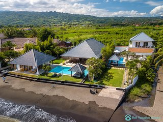2 villa's, 2 swimming pools for large group 16 guest, Lovina beachfront