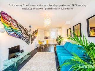 BOUTIQUE NEW BUILD TOWNHOUSE Close To City Centre With FREE Parking + WIFI