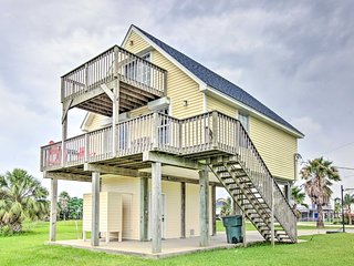 Prime Galveston House w/ Balcony & Deck!