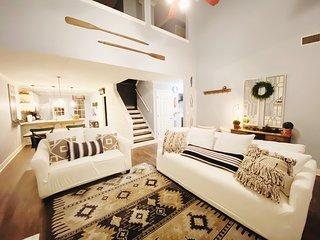 2 Bedroom Suite with King Queen Beds 1600 sqft!