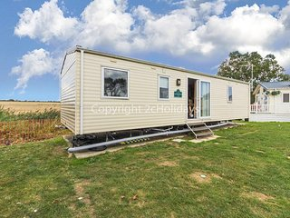 6 berth caravan for hire in Seawick holiday park in Essex ref 27007SA