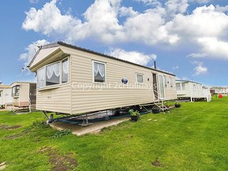 6 berth caravan to hire in Clacton-on-sea, Essex holiday park.ref 28015D
