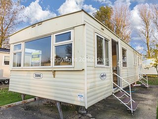 Spacious 8 berth caravan for hire at Southview near Skegness ref 33015B