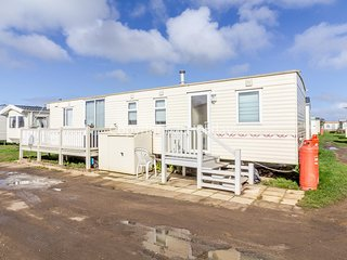 3 bed, 6 berth caravan for hire at Heacham Holiday Park in Norfolk ref 21011C