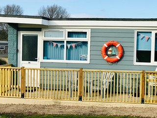 Sandy Shores holiday chalet with WiFi, Netflix, in Sandown, coastal location
