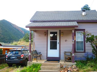 COZY CABIN IN HISTORIC IDAHO SPRINGS: SKI, SNOWBOARD, SOAK IN HOT SPRINGS!
