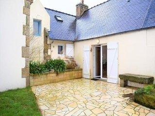 Maison bretonne avec une jolie cour fermée et fleurie avec WIFI à TREBEURDEN