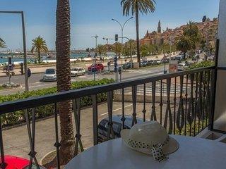 Face mer avec terrasse proche plages et centre