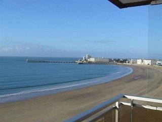 Face a la grande plage avec une vue superbe.