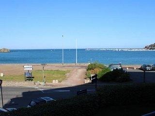 A ERQUY, en bordure de la plage du centre, situe a 300m du centre des commerces