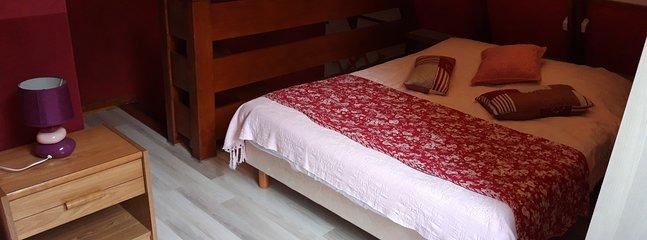 Grand lit dans chambre en mezzanine