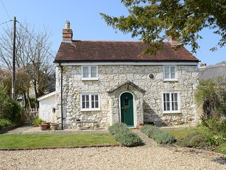 Grade II listed chocolate box cottage   garden, patio   close to village and sea