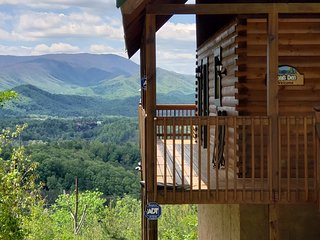 Yogi's Den: Breathtaking view!  Private acre, 3 min to Dollywood!