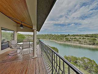 Chardonnay Haus: Lakefront Villa on Vineyard, 45 Mins from Downtown Austin