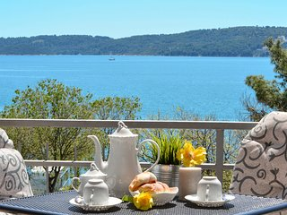 Fantastic seafront apartment close to Trogir, private balcony on the Adriatic !