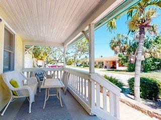 Vacation Cottage on the Bay. Private Patio. Pool. Free Amenities, and Walk to Ev