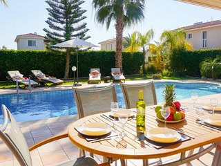 Villa Casa Mia with private pool 600 meters from the beach and Coral Bay strip